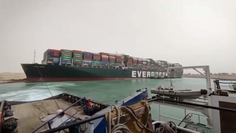 長榮貨輪卡運河 干擾全球供應鏈 傳已沿河岸線移動