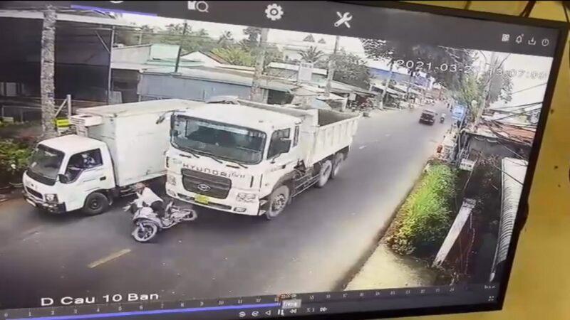 夹缝超车失重心 越南骑士遭砂石车辗毙(视频)