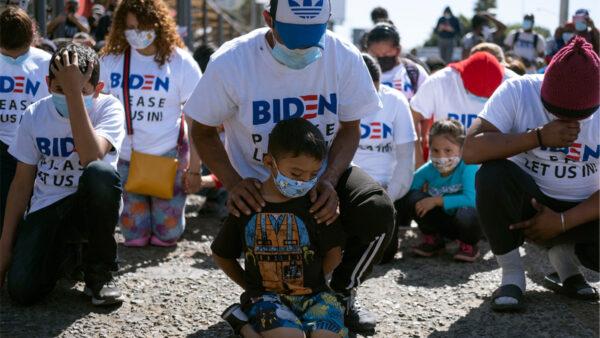 穿「拜登請讓我們進去」T恤 美墨邊境移民抗議