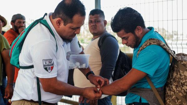美非法越境激增 走私者用腕带追踪移民付费