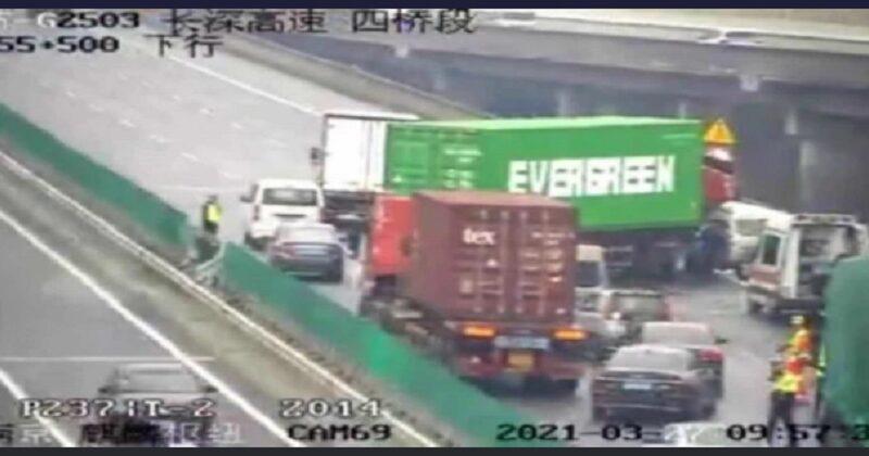 長榮貨櫃輪煙囪在台北港撞凹 貨櫃疑卡在南京高速公路