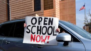 吁恢复面对面授课 加州家长学生齐上街