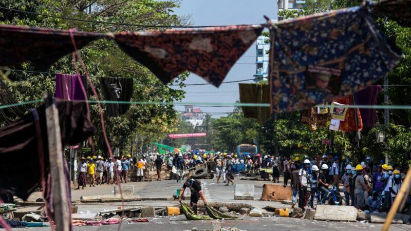 緬甸民眾抗暴出奇招 滿街掛女裙詛咒軍警