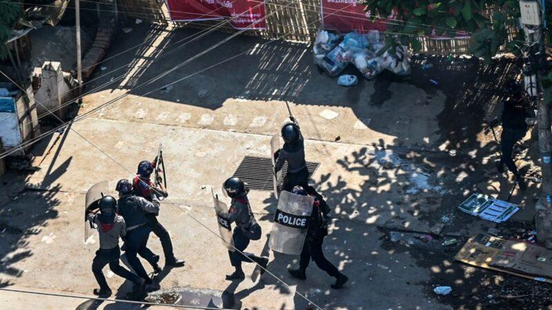 缅军当街枪杀平民 拖行尸体画面曝光(视频)