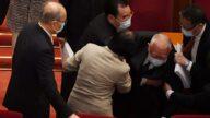 中共人大会议开幕式 董建华突然跌倒(视频)