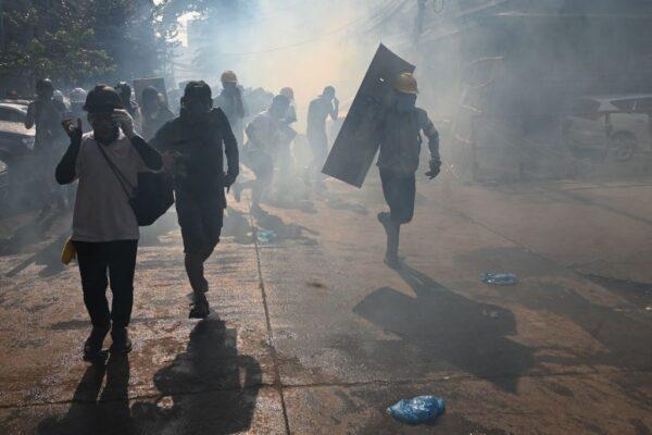 恐怖暗夜 缅甸数百青年逃进社区 警开枪逐户搜查(视频)