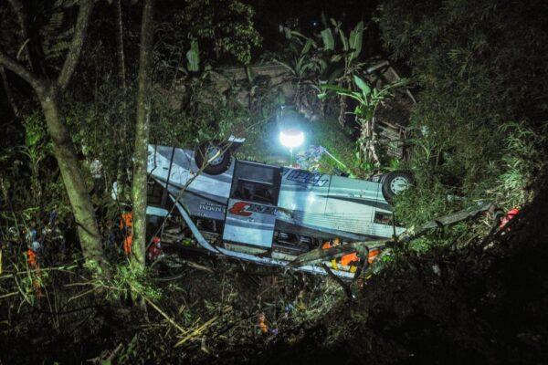 疑煞車不靈 印尼巴士墜山谷釀27死39傷