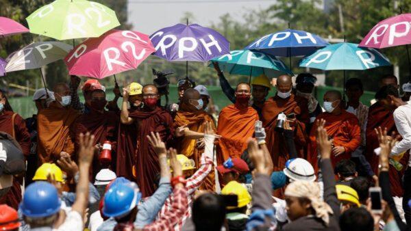 緬甸修女向警察下跪:如果你要殺人,請先殺我!