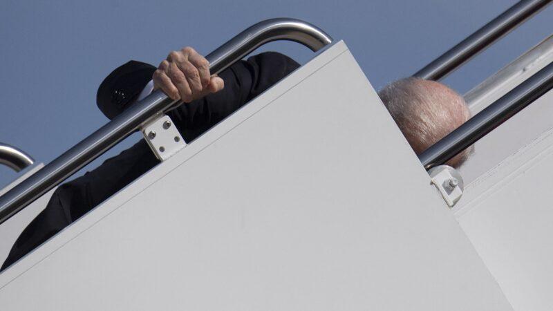德媒:拜登登机连跌三次 都是风的错?