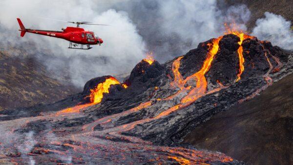 组图:沉睡6千年冰岛火山喷发 红色光芒照亮夜空