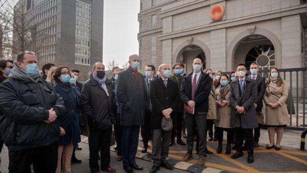 北京閉門庭審康明凱 近30名外交官庭外聲援(組圖)