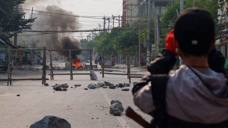缅军将活人投入火堆 随机射杀制造恐怖