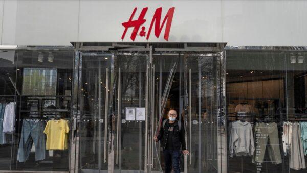 小粉紅舉牌抵制H&M 反被警方暴力押走(視頻)
