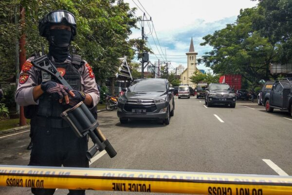 印尼锡江教堂惊爆 1名炸弹客身亡14人受伤(视频)
