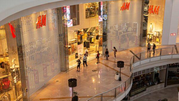H&M遭战狼封杀 北京实体店却现排队潮