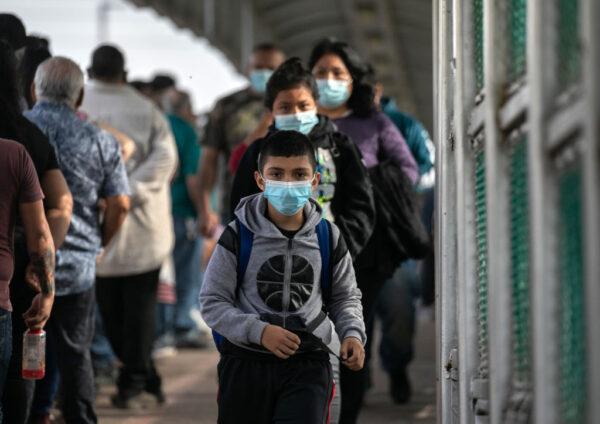 饥饿拥挤恐惧 美边境非法移民创纪录 拜登急应对