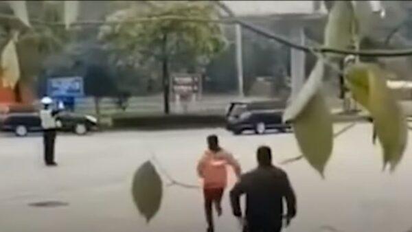 传女子拦习近平座驾下跪 车队无视继续开(视频)