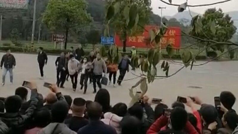 """习近平福建亲民露馅 """"喊冤女""""拦车告状被拖走(视频)"""