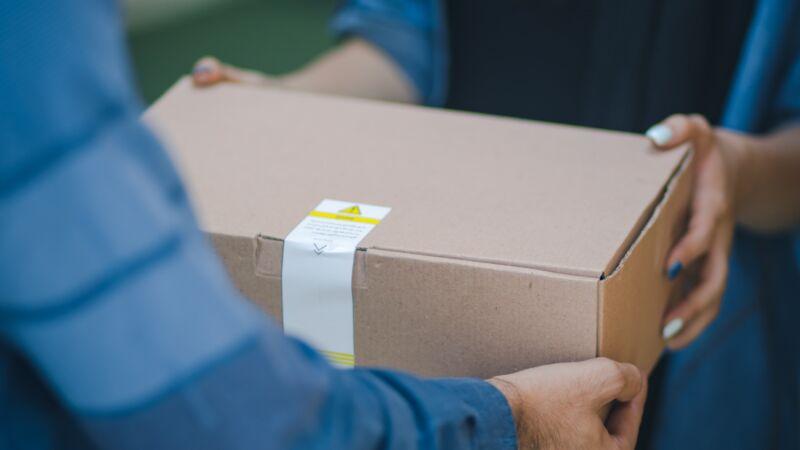 来自中国神秘包裹 加国男收到三头鸭标本