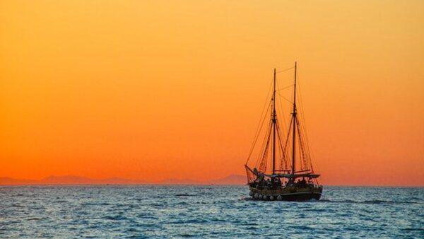 """英国大叔出门遛弯 惊见飞在海面上的""""幽灵船"""""""