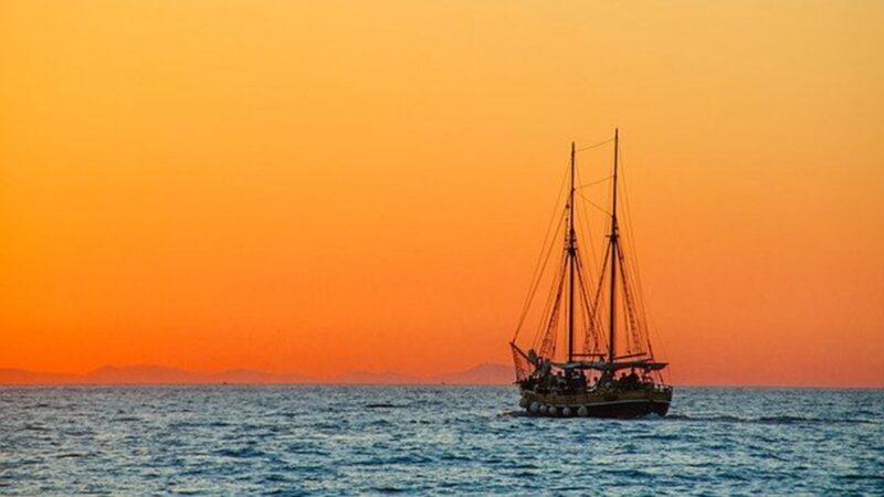 英國大叔出門遛彎 驚見飛在海面上的「幽靈船」