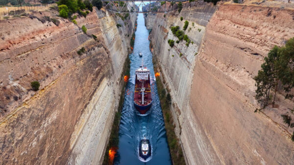 看大型游轮通行世界最深运河 惊险无比