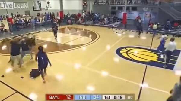 美高中女籃比賽大亂鬥 裁判遭一記「迴旋摔」(視頻)