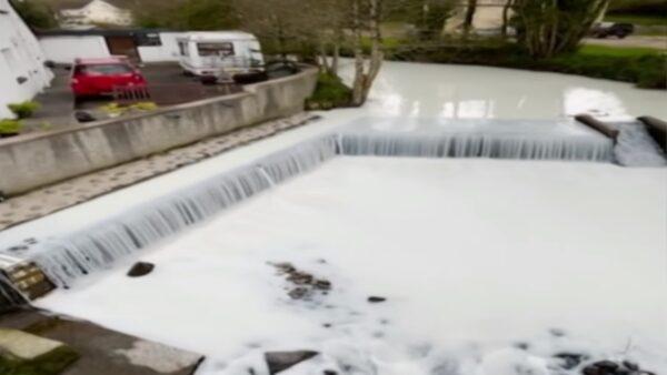 英国奶罐车翻覆 2.8万公升牛奶倾泻而出染白河川