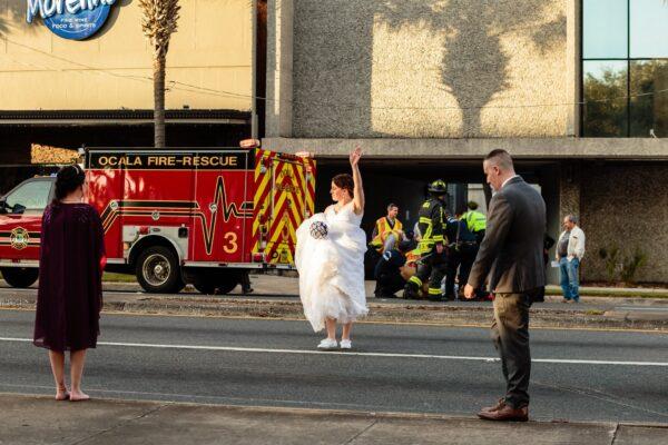 绝对美丽 女警新娘拎婚纱捧花指挥交通