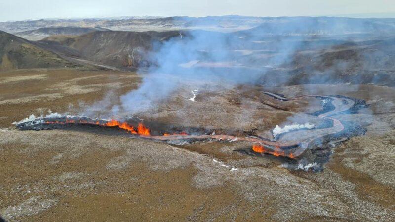 冰島火山噴發進入新階段 橘紅岩漿流入山谷(視頻)