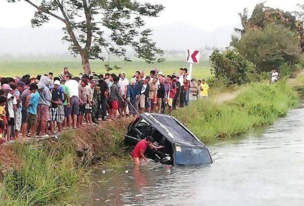 菲律賓超載休旅車衝進溝渠 釀13死含7名孩童(視頻)