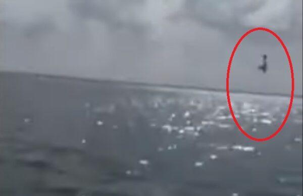 飞机表演空中特技 墨西哥民众惊喜变惊吓(视频)