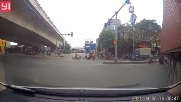 越南女骑士硬钻缝骑 遇大货车下场悲惨(视频)