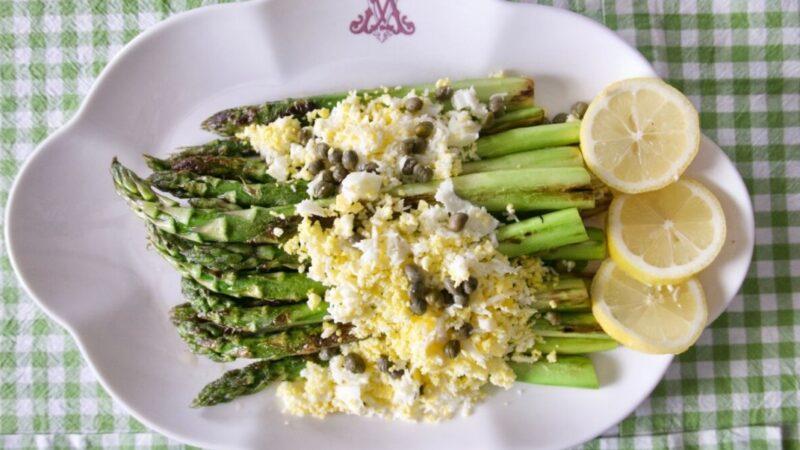 香煎蘆筍配雞蛋和刺山柑 簡單而經典