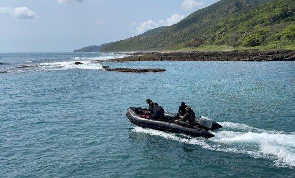 台F-5E坠海飞官 遗体卡南仁渔港礁岩缝