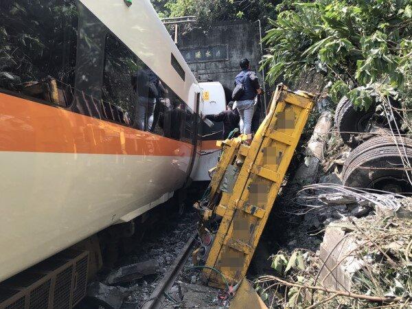 太魯閣號事故 運安會:工程車翻滾落軌 1分多鐘火車撞上