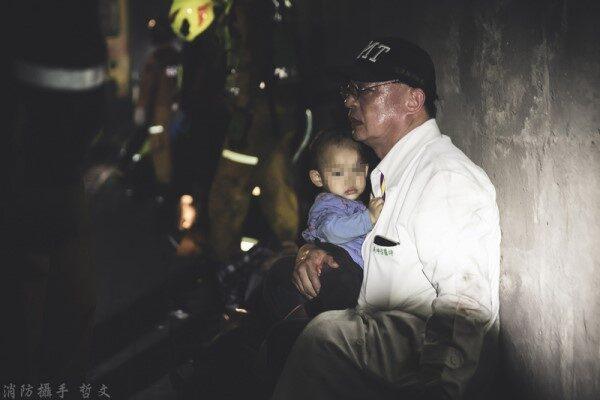 太鲁阁号事故车厢如炼狱 医漆黑隧道紧抱孩童