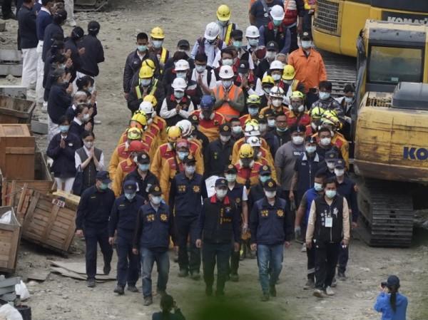 太魯閣號事故 移出第6節車廂下完整遺體