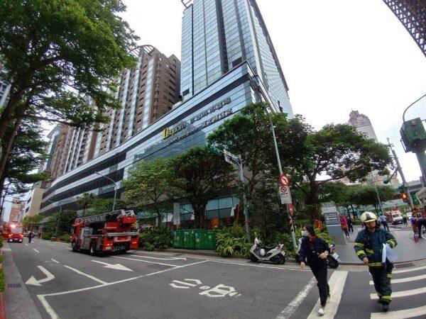 疑外側排煙管起火 台北君品酒店急疏散302人