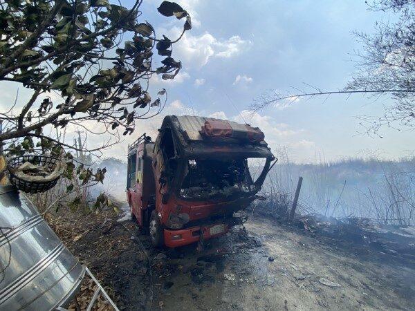 滅火突遇山谷風 高雄消防車遭燒毀1人傷