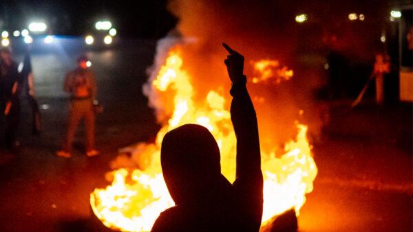 波特蘭再掀暴亂 安提法點燃ICE大樓 官員被困其中