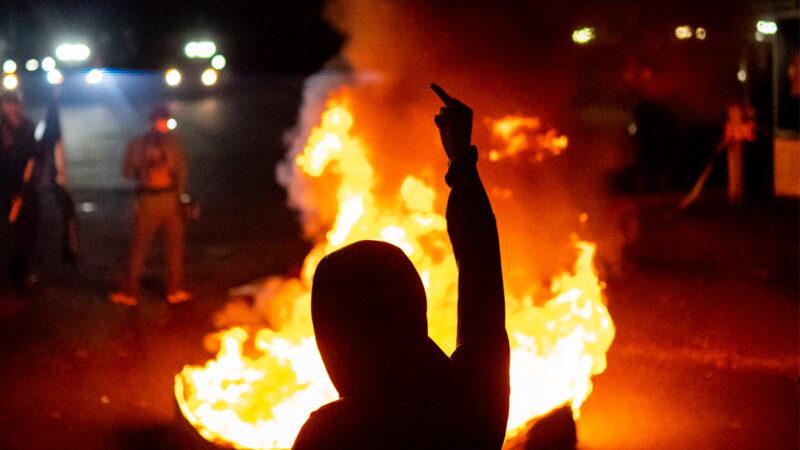 波特兰再掀暴乱 安提法点燃ICE大楼 官员被困其中