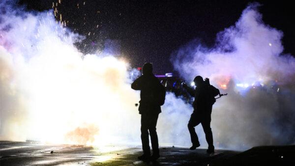 黑命貴明州示威 CNN新聞組遭水瓶雞蛋襲擊