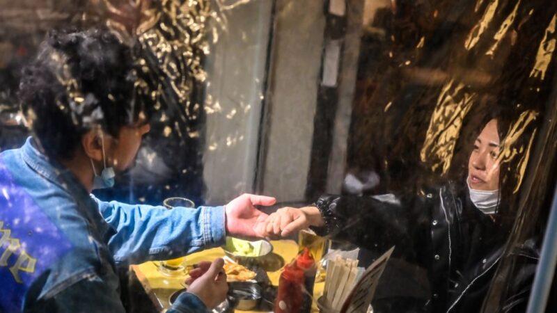 抑制疫情擴散 日本大阪強制民眾「吃飯帶口罩」