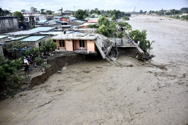 两个热带气旋侵袭 印尼东帝汶至少75人罹难(视频)