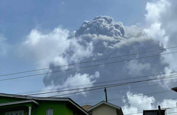 圣文森火山爆发成灰白世界 空气弥漫硫磺味(视频)