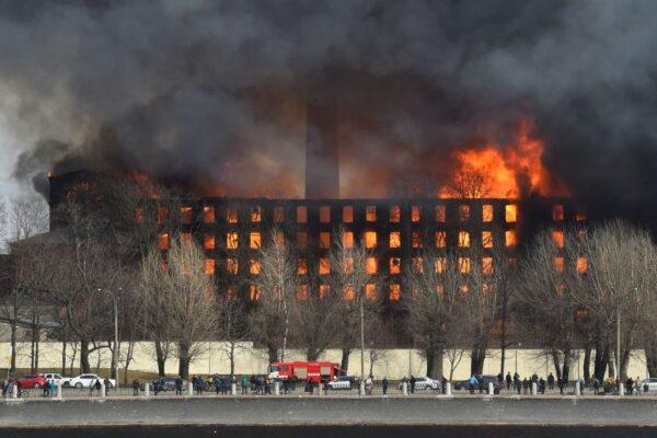 俄罗斯180年红砖古迹失火 强风助燃已知1死2伤(视频)