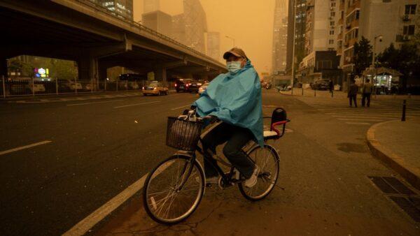 沙尘暴再次突袭中国北方 北京下泥雨(视频)