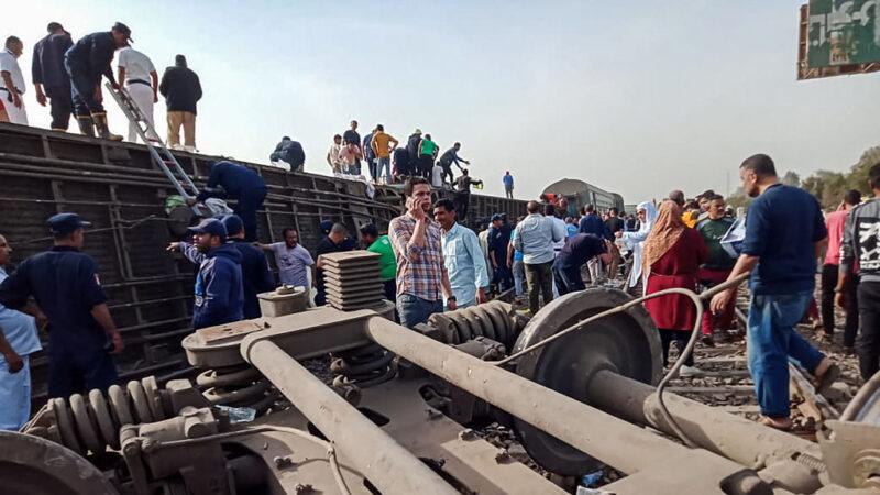 埃及惊传列车脱轨倾覆 酿11死98人伤(视频)