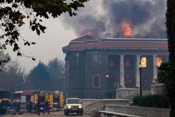 野火肆虐南非桌山 延烧开普敦大学 师生逃离宿舍